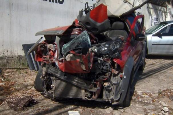 Criminosos batem veículo roubado e um morre