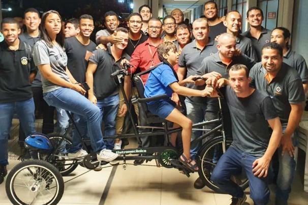 Alunos criam bike adaptada para criança com deficiência