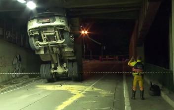 São Paulo: Caminhão entala e rompe viga de sustentação