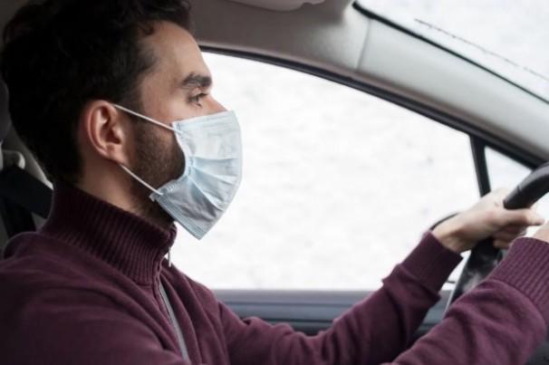 Posso ser multado se não usar máscara ao dirigir?