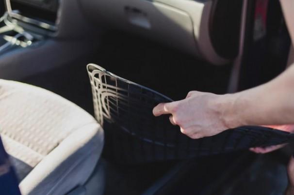 Poça d'água dentro do carro? Saiba porque isso acontece