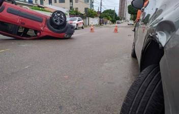 Idosa passa mal, perde controle, bate em veículo e capota