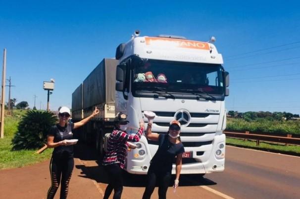 Restaurante distribui marmitas para caminhoneiros