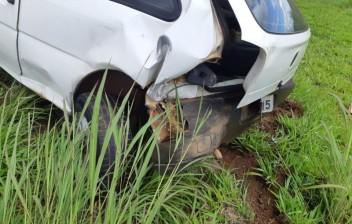 Pai abandona filhos em carro após acidente
