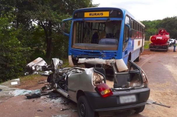 Sete jovens morrem em acidente entre carro e ônibus
