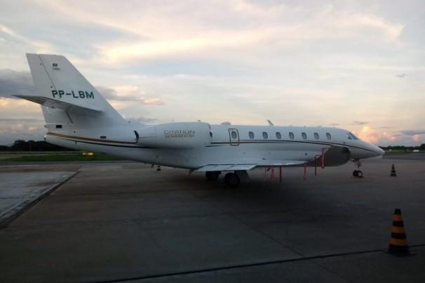 Avião com ex-ministro faz pouso de emergência