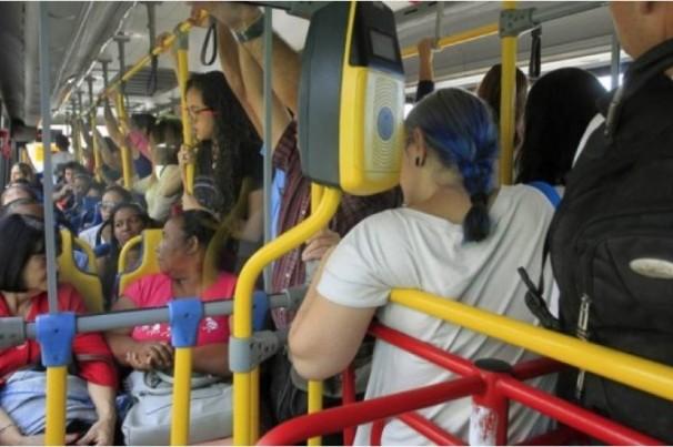 Ônibus continuam circulando lotados no Rio de Janeiro