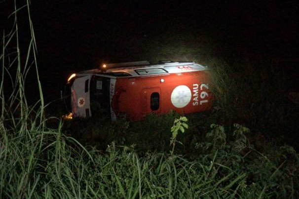 Ambulância perde controle capota e mata 2 pessoas