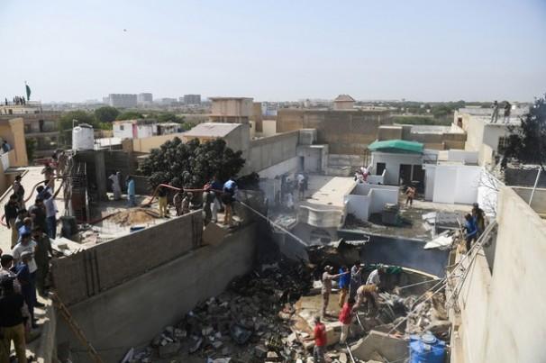 Avião comercial cai no Paquistão