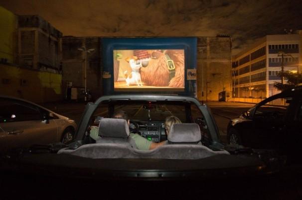 Cinemas drive-in se multiplicam no Brasil