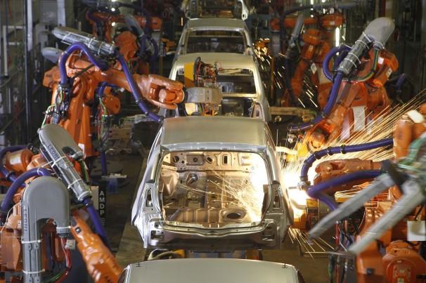 Renault e BMW retomam produção no Brasil