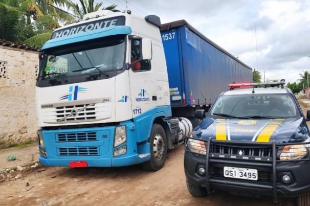 PRF recupera caminhão furtado avaliado em R$ 240 mil