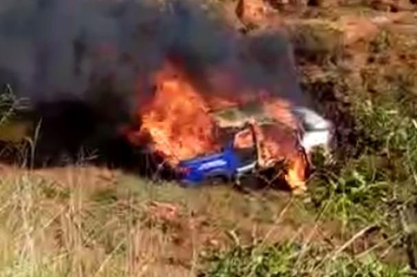 Policiais resgatam motorista antes de carro pegar fogo