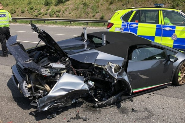 Lamborghini  Huracán sofre colisão após sair da loja
