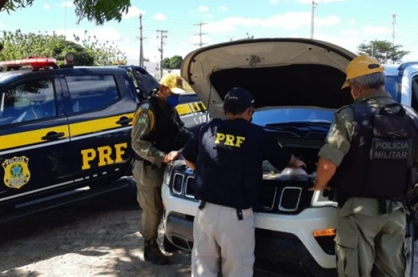 Veículo de luxo roubado em PE é apreendido pela PRF