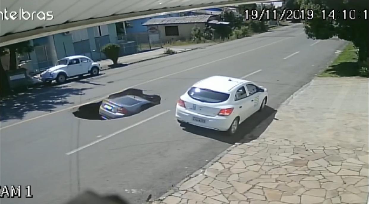 "Cratera ""engole"" carro em Flores da Cunha"