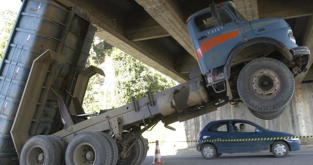 Caminhões basculantes circulam sem qualquer tipo de fiscalização