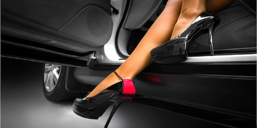 Dirigir descalço ou com salto, sem camisa ou com fone: pode ou não pode?