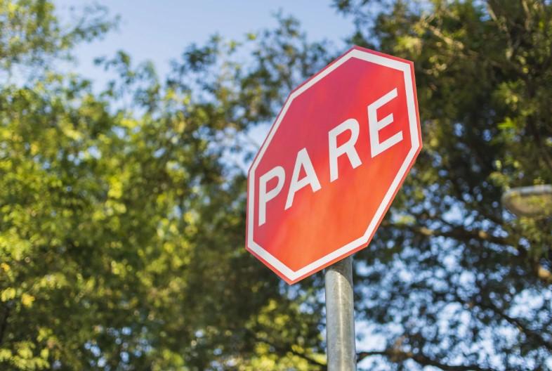 O que significam as cores das placas de trânsito?