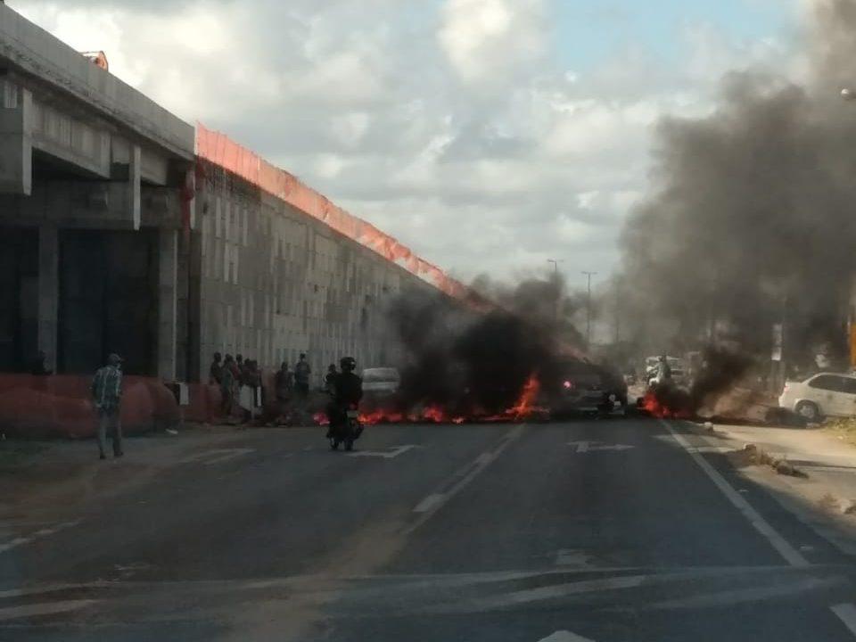 Manifestantes interditam BR-230 em Cabedelo