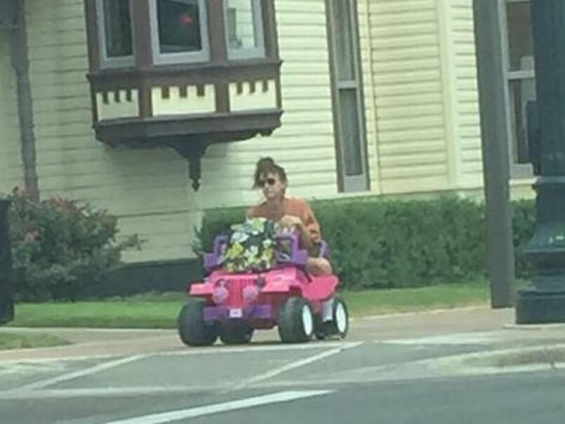 Usando 'Jeep da Barbie', estudante vai para a faculdade após ter carteira de motorista suspensa