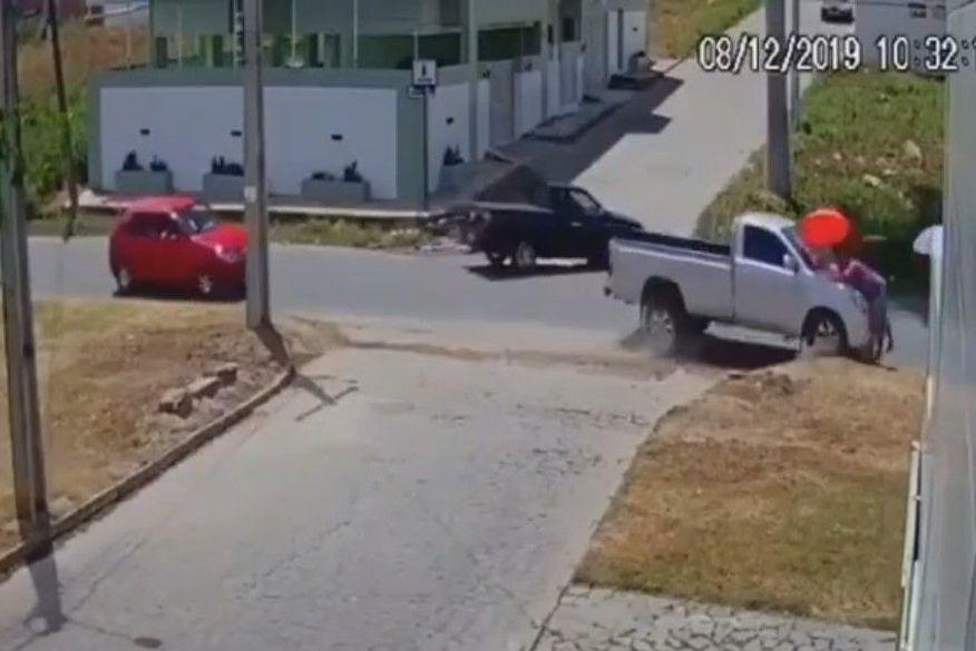 Motorista perde controle de veículo em ultrapassagem e atropela mulher que andava em calçada