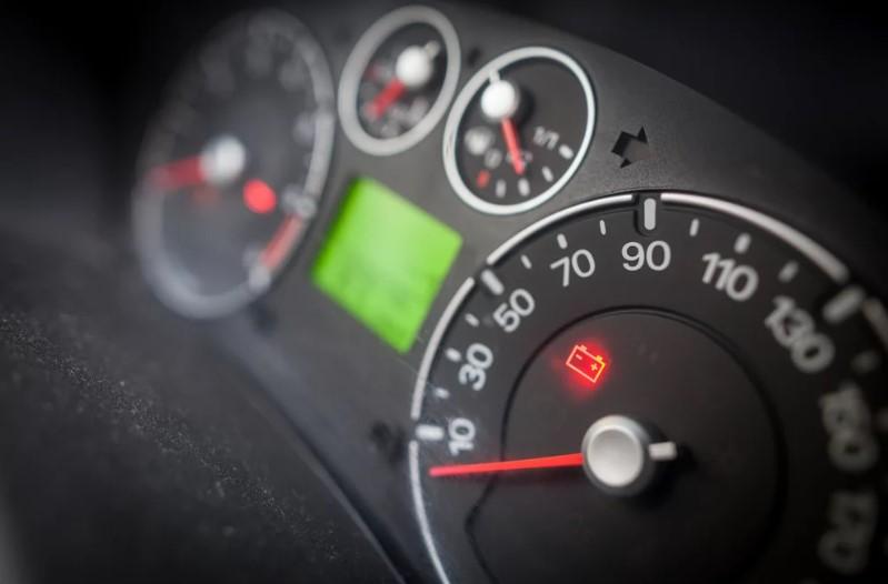 Como verificar se a bateria do carro está descarregando?