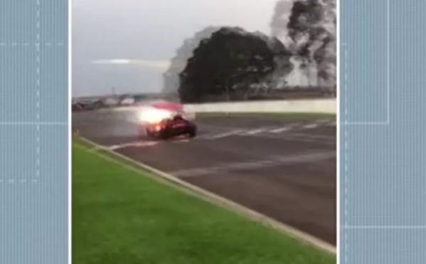 Capô de carro voa sobre público durante competição após motor pegar fogo