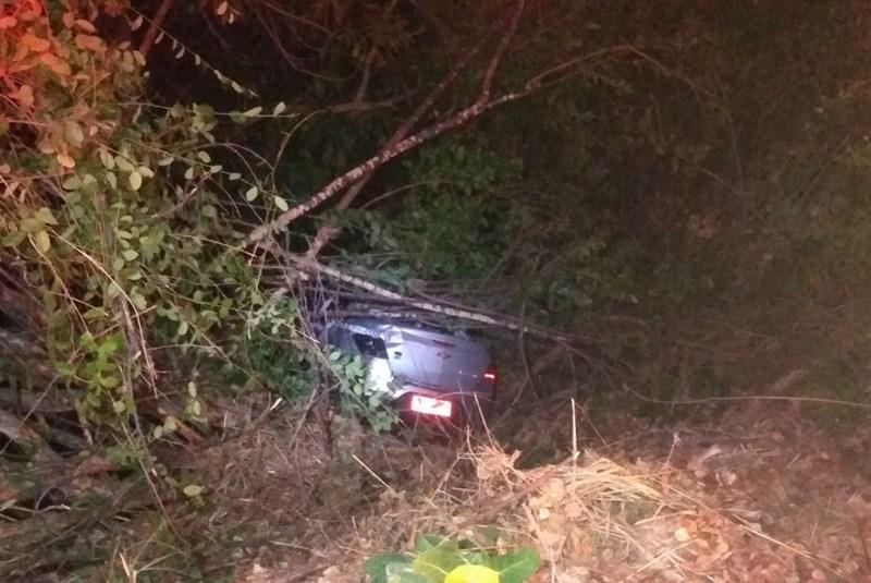Táxi com cinco pessoas cai em barranco após motorista desviar de moto