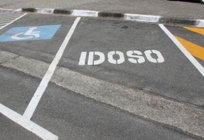 Rejeitado projeto que torna crime estacionar em vaga de idoso ou pessoa com deficiência