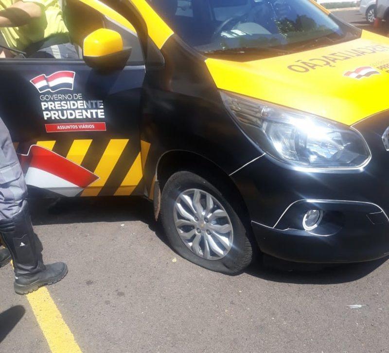 Motociclista discorda de autuação de trânsito e fura pneu de carro oficial da Semob