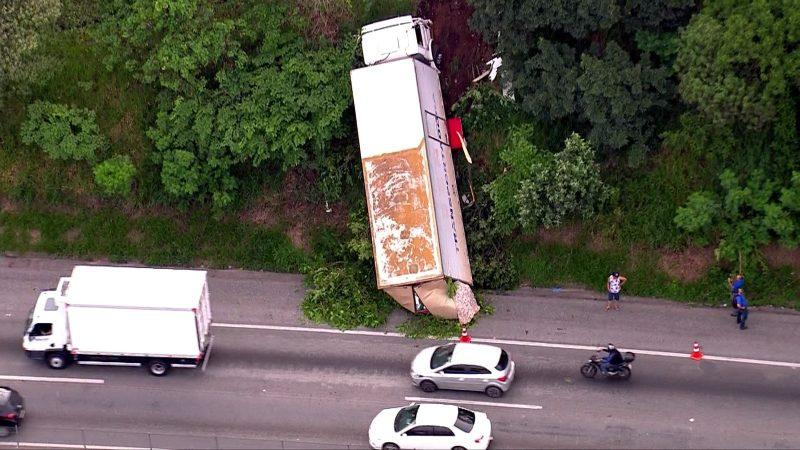 Caminhão cai em barranco na Régis Bittencourt em Embu das Artes