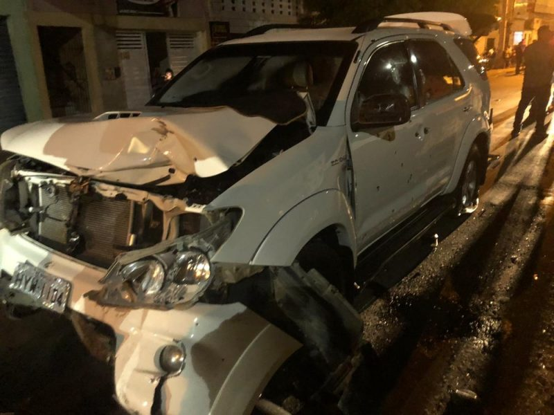 Motorista deixa carro blindado após perseguição, tiroteio e horas de negociação com a polícia