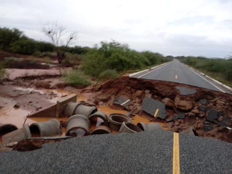 Asfalto cede após fortes chuvas e 'engole' agricultor que trafegava em moto