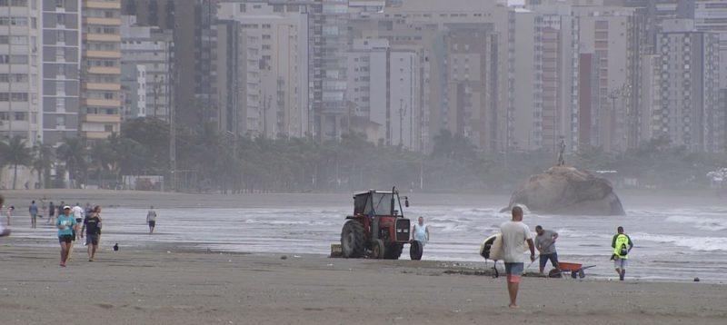 Mulher que se bronzeava em praia de SP morre atropelada por trator
