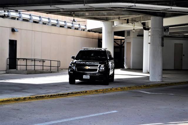 O estacionamento de viaturas policiais sobre os passeios e as calçadas