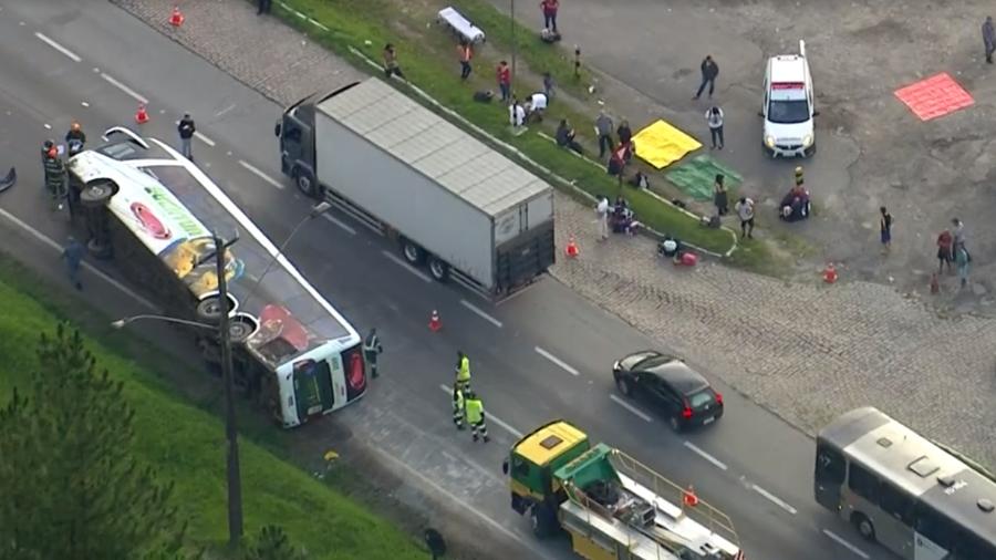 Ônibus com 48 passageiros tomba na Régis Bittencourt e deixa feridos