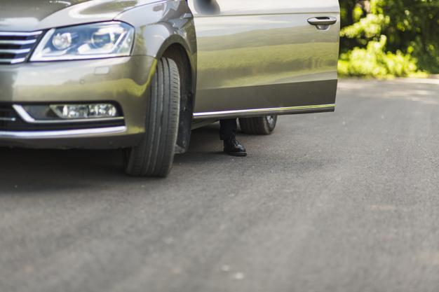 Bater a porta do carro com força causa danos?