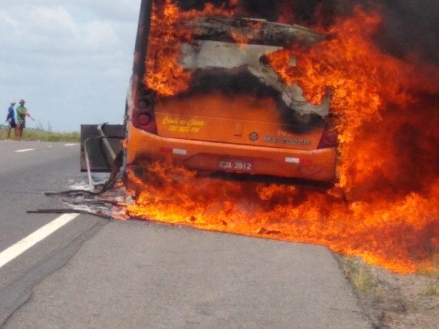 Ônibus com cerca de 30 passageiros pega fogo em rodovia
