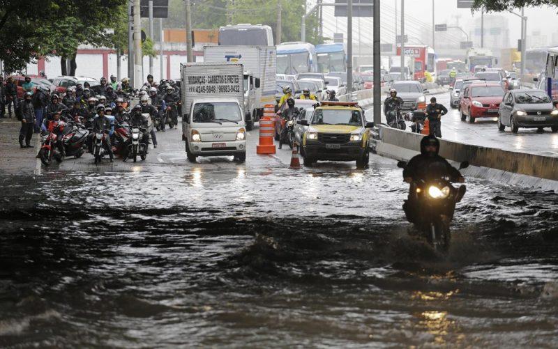 Enchentes: veja quando vale atravessar, e o que fazer se teve prejuízo com o carro