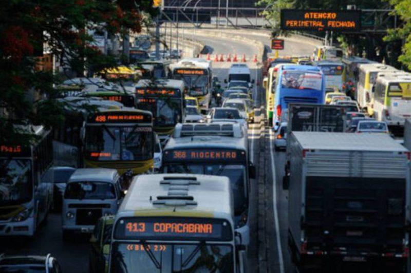 RJ: Passageiros circulam em ônibus lotados do BRT
