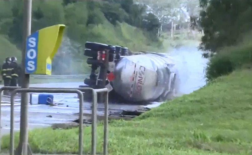 Motorista morre após carreta com etanol tombar