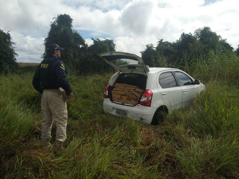 Vídeo: PRF apreende maconha e recupera carro roubado