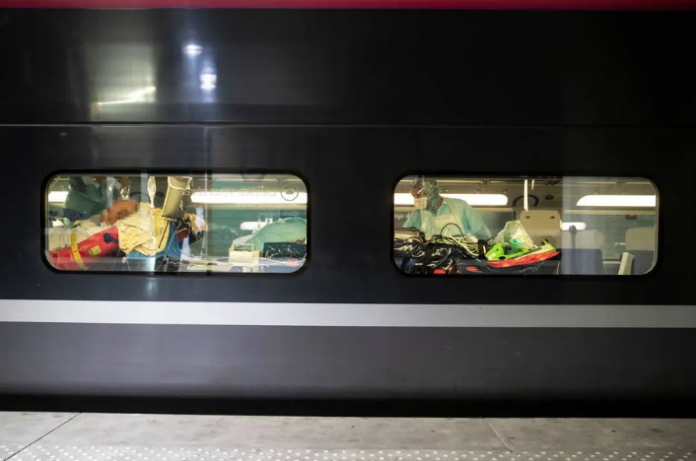 França transfere pacientes críticos de trem