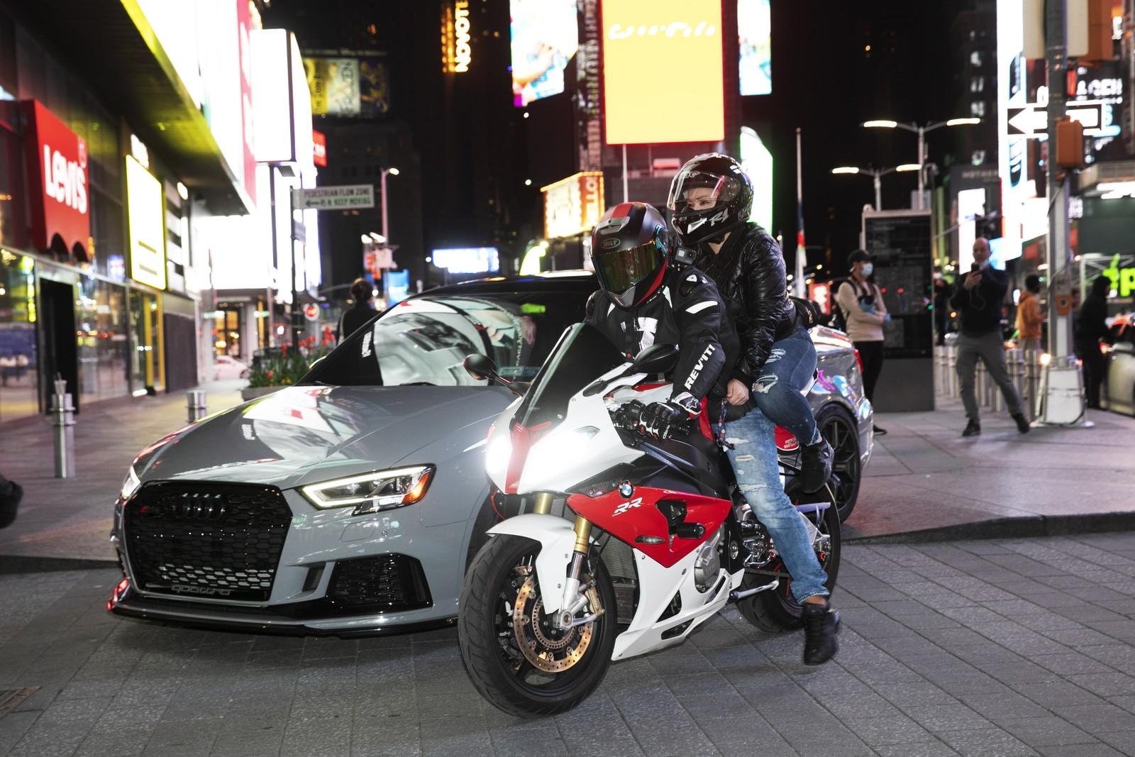 Times Square vira ponto de parada para fãs de carros