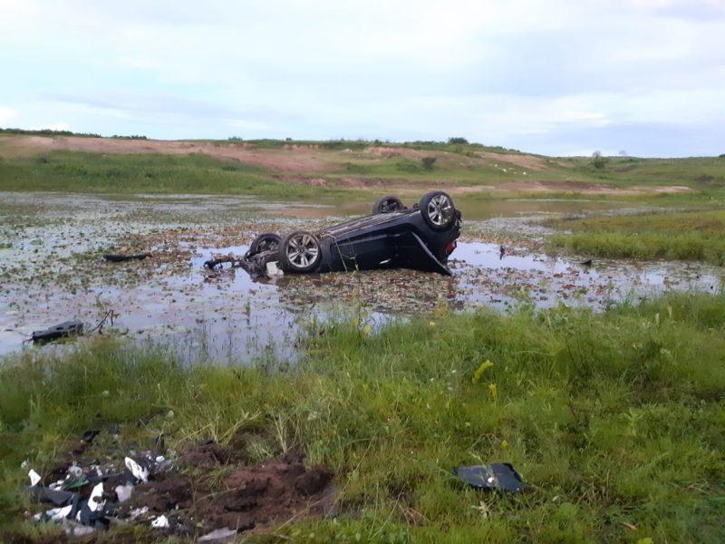 Na Paraíba: Motorista capota e cai em açude