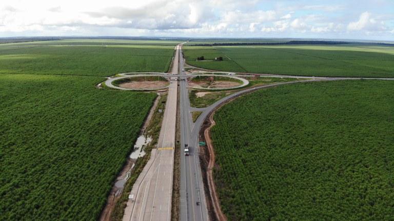 Obras de pavimentação avançam na rodovia BR-101