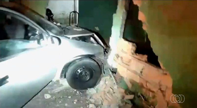 Motorista bate carro e foge deixando os dois filhos